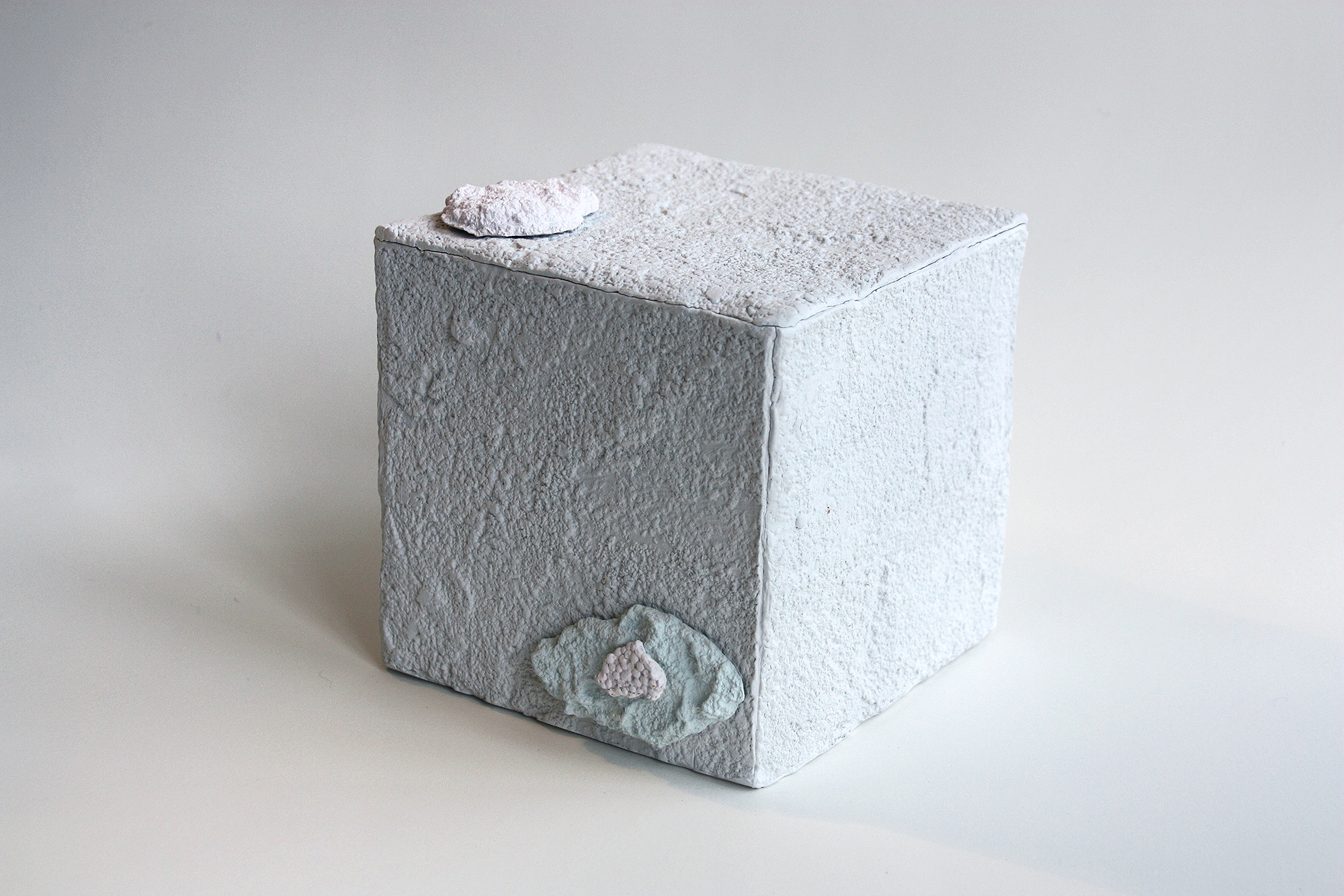 Madeleine Thornton-Smith,  Concrete Pedestal , earthenware, stain, 13.5 x 14.5 x 15 cm, Image courtesy the artist.