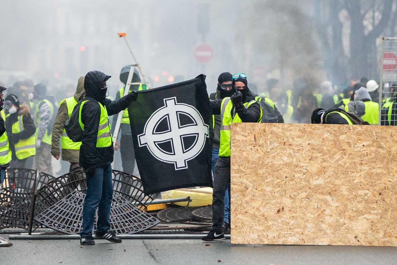 Far right protesters block roads near the Place de l'Étoile.