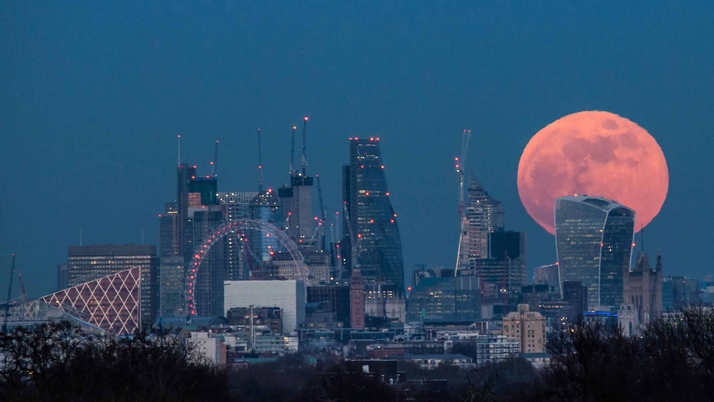The Super Blood Moon illuminates the city of London skyline as it rises on the 31/01/2018.