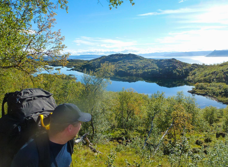 """Vår tur startet på Hakkstabben, helt syd på Seiland. Fra Oldervikvannet (bildet) er det en strabasiøs tur opp fjellskrenten for å komme opp på fjellplatået """"Sennalandet""""."""