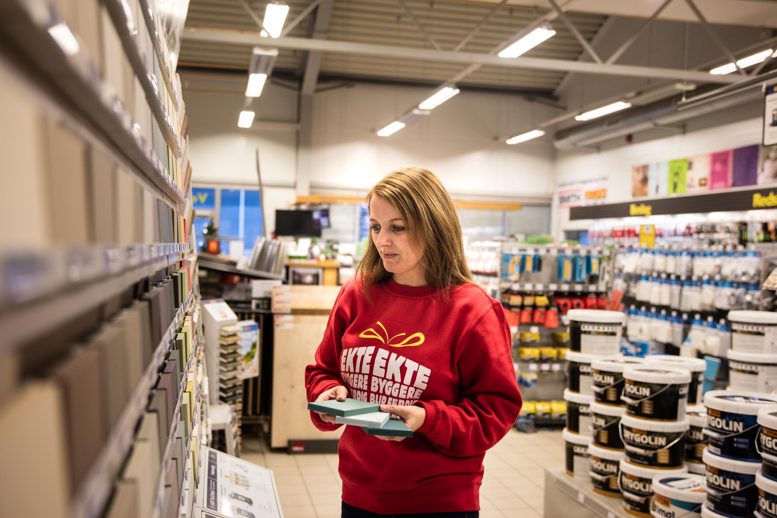 Iren Nilsen er ikke bare en racer med farger, hun har full oversikt over all maling fra ledende leverandør Jotun. Spør Iren om du trenger vannbasert eller oljemaling,ett eller to strøk, bred eller smal pensel.