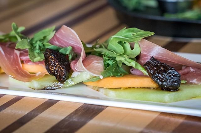 The Best Of Both Worlds | Prosciutto draped over fresh cantaloupe & honeydew, balsamic figs & arugula. The name says it all! 🤤🙌🏽♥️🤙🏽✨🙏🏽 #empireofawesome #vistalounge #yxeeats #yxe #supportlocal
