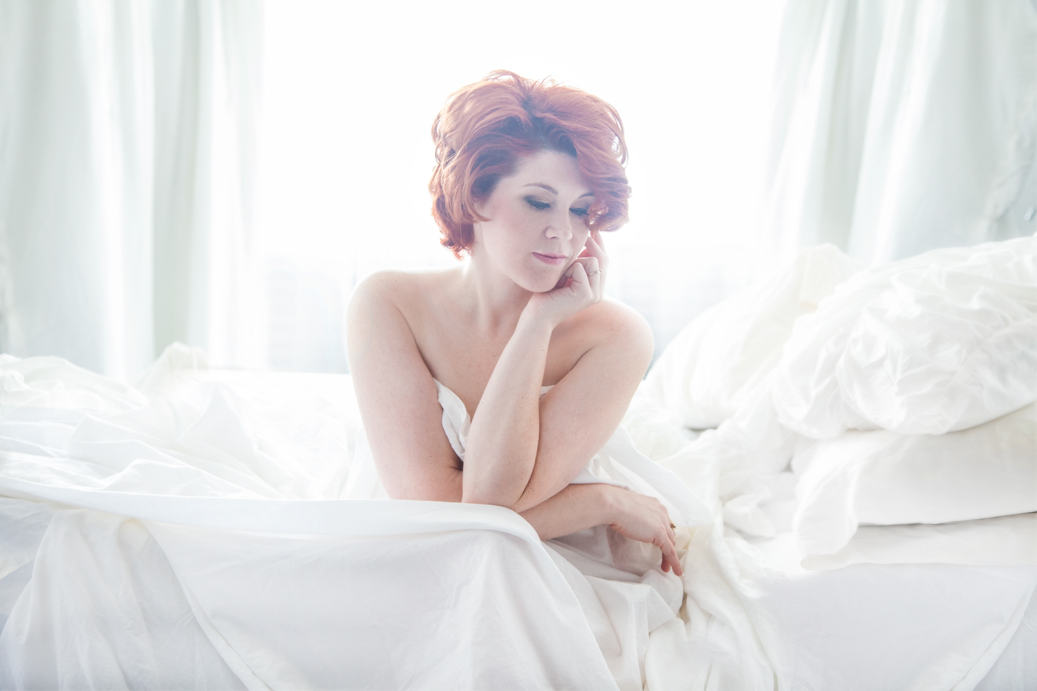 Portrait-Womens-Portraits-beautiful-glamour-woman-red-hair-in-bed-as-marilyn-monroe-061.jpg
