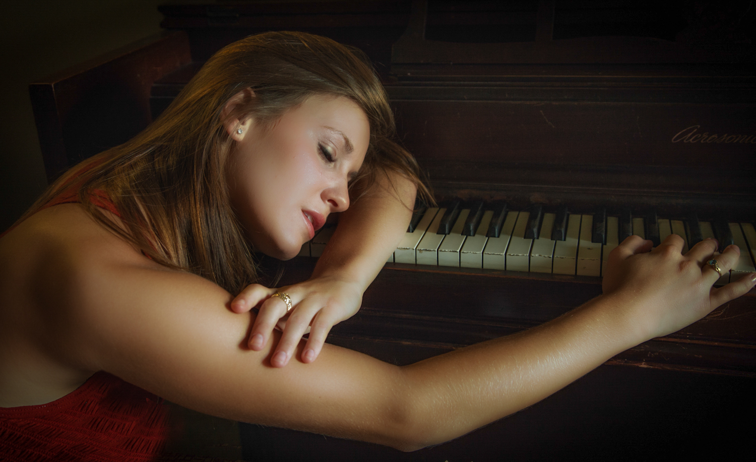 Portrait-HIgh-School-Seniors-young-woman-on-piano-033.jpg