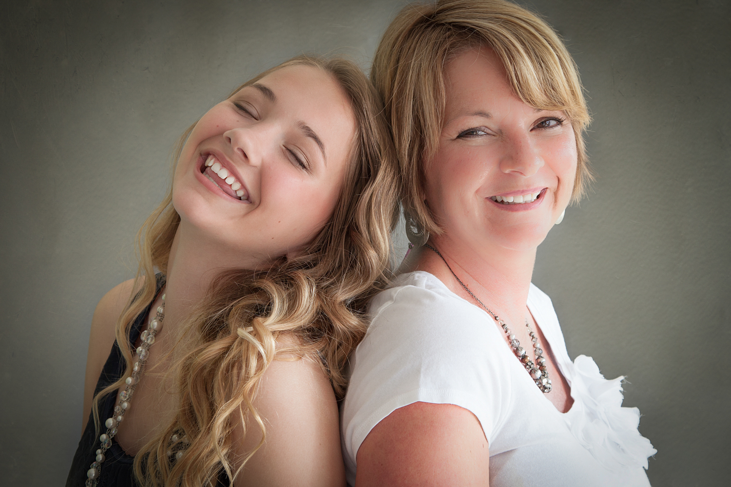 Portrait-Mothers-and-Daughters--having-fun-together-back-to-back-077.jpg