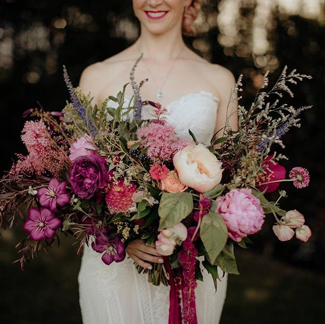 This bouquet 😍 you are so talented @leafandhoney #chasewildphotography #newzealandwedding #nzflorist