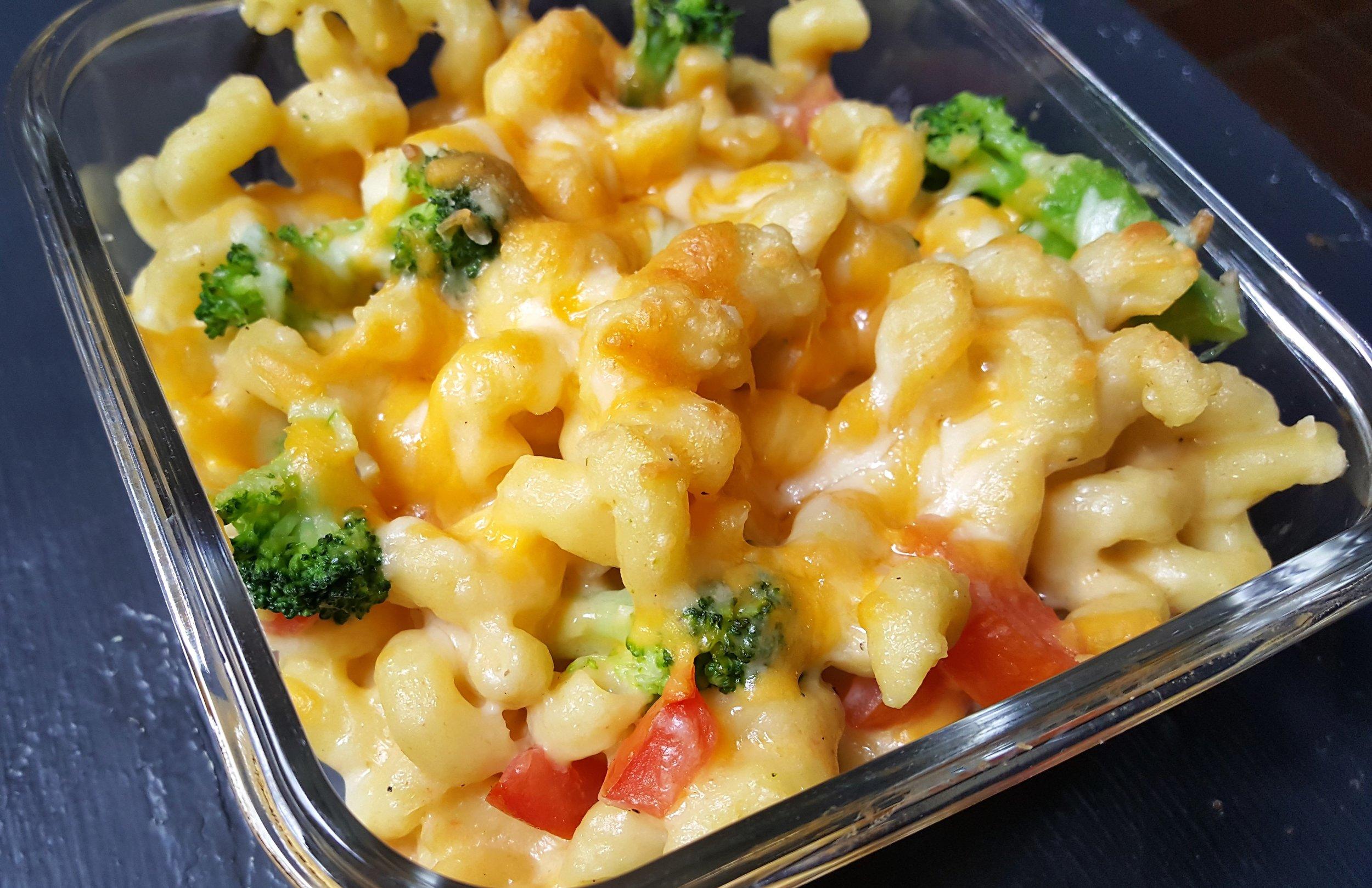 Vegetarian-friendly Macaroni & Cheese with Fresh Roma Tomatoes & Broccoli Florets