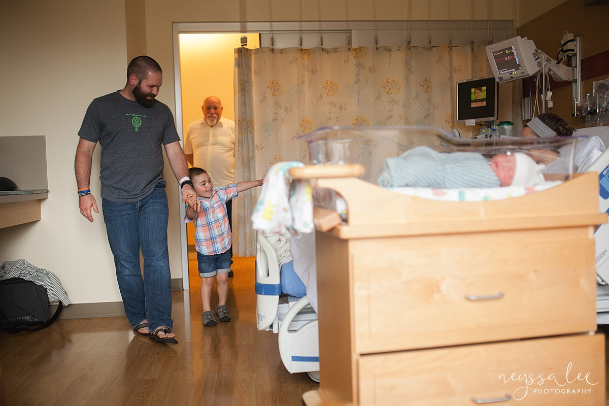 unsure of fresh 48 photos, issaquah fresh 48 photographer, Neyssa Lee Photography, Dad walks son into hospital room