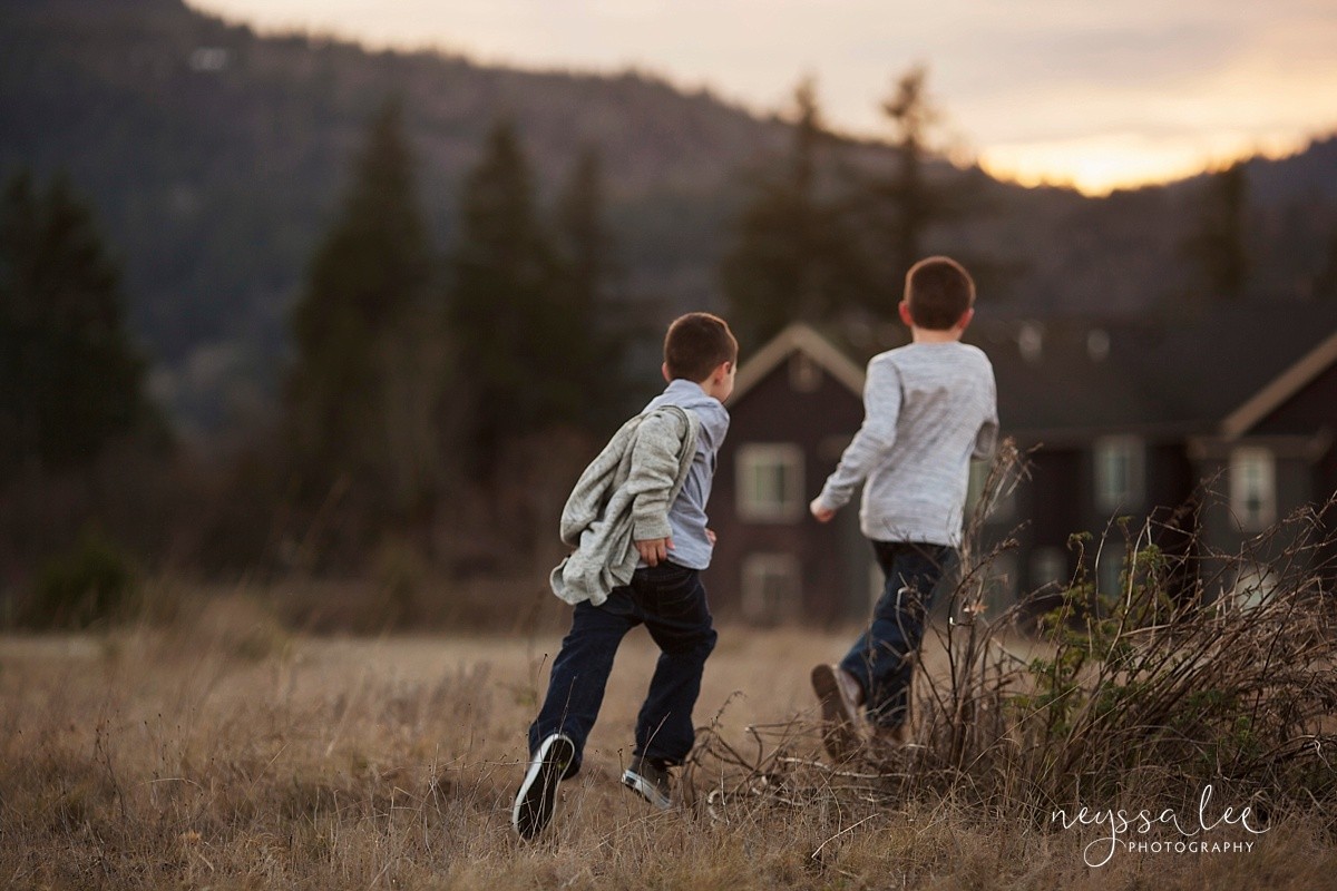 Neyssa Lee Photography, Snoqualmie family photographer, family photos in winter, best time for family photos, boys running at sunset