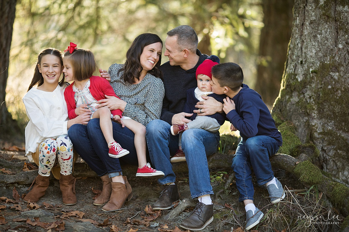 Neyssa Lee Photography, What to Wear For Family Photos, Red for Family Photos, Seattle Family Photographer, Photo of large family in reds and blues