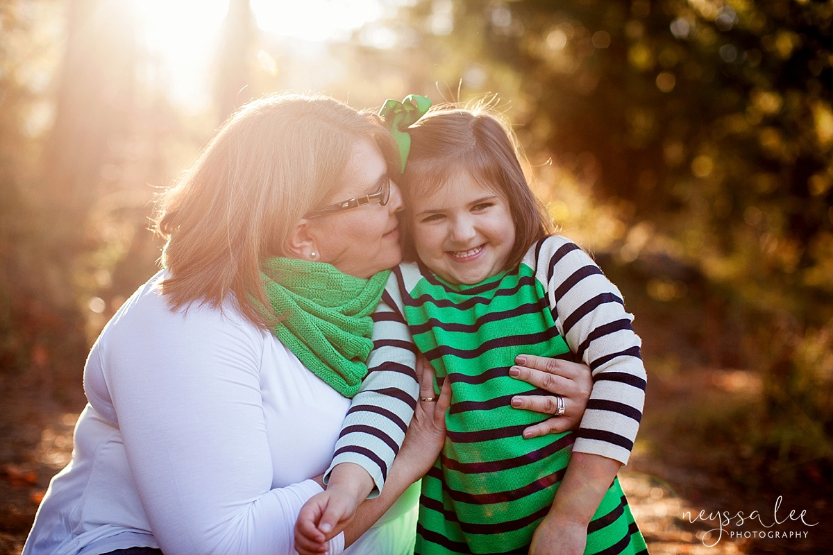 Neyssa Lee Photography, Seattle Family Photographer, Snoqualmie family photographer, what to wear for family photos, Photo of family wearing Kelly green and navy