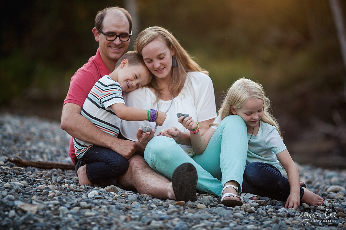 Neyssa Lee Photography, Seattle Family Photographer, Snoqualmie family photographer, what to wear for family photos, Photo of family wearing mint green and coral