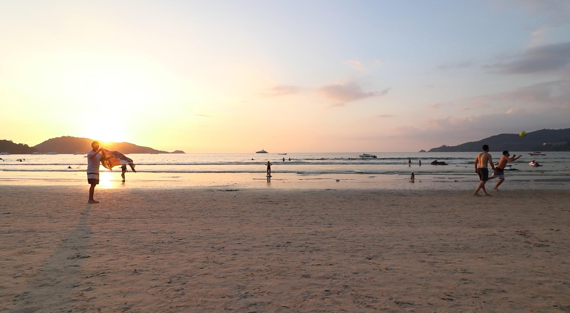 ホテルのプライベートビーチ!パラソルがなくてめっちゃ綺麗に夕日が見える!