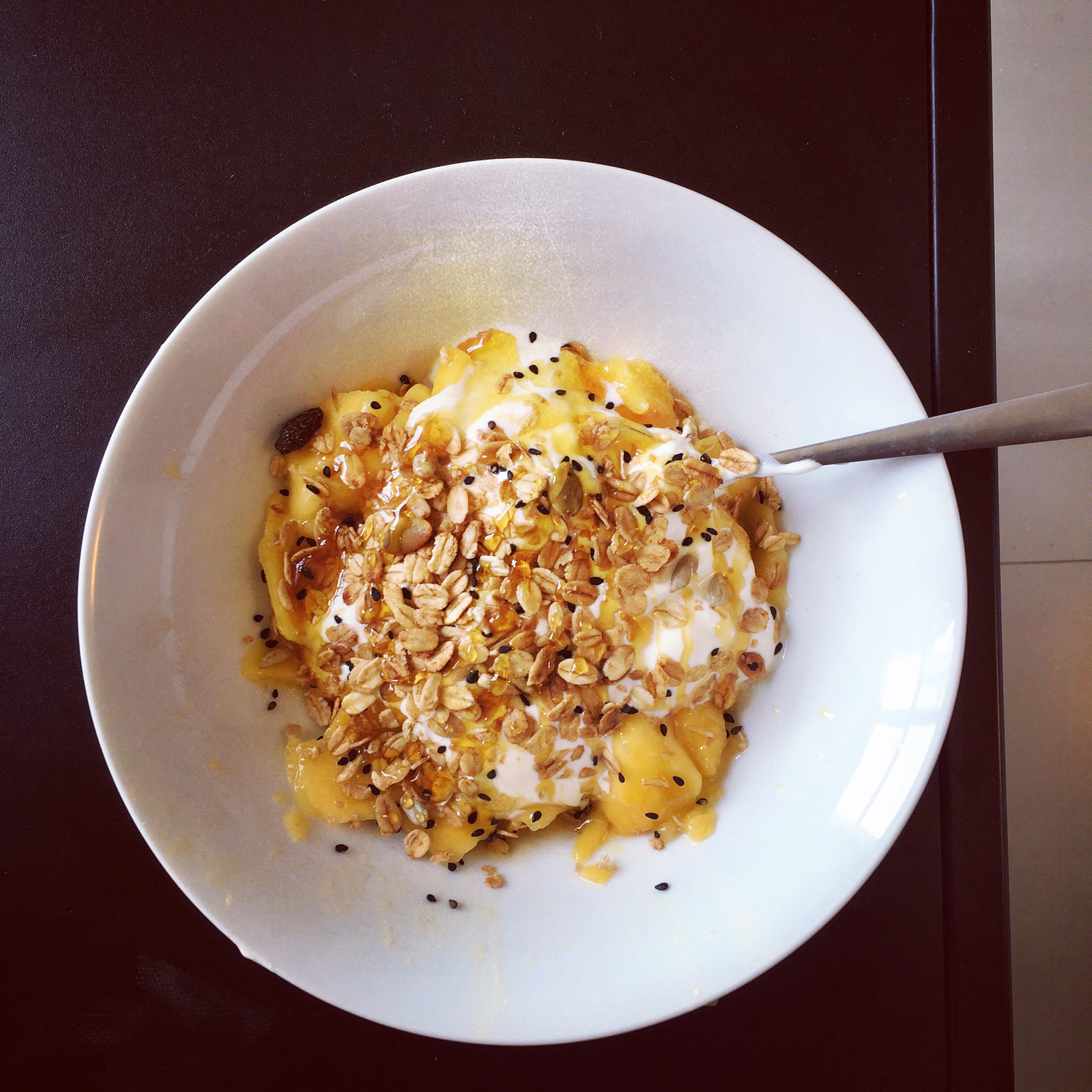 DIY: Mango greek bowl with coconut chips, granola and raw honey