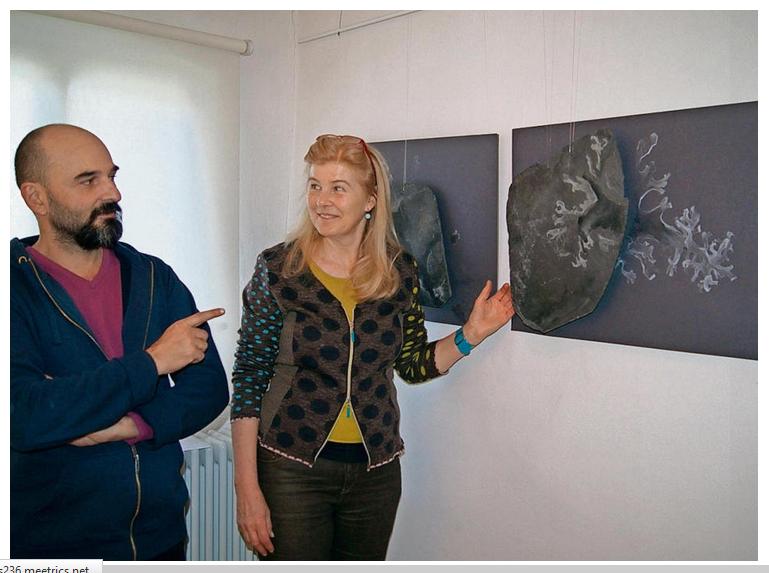 Cornelia Morsch und Beka Gigauri diskutieren über zwei Arbeiten von Cornelia Morsch. Foto: Rainer Unger