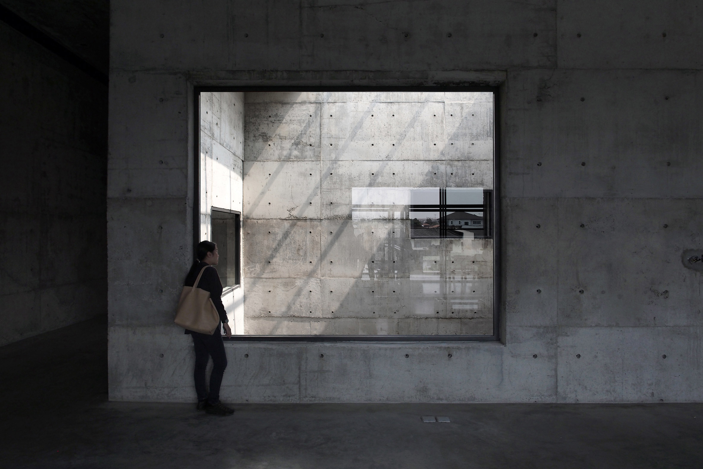 solid-concrete-gallery-as-living-artwork-aswa-architecture-bangkok-thailand_dezeen_2364_col_3.jpg