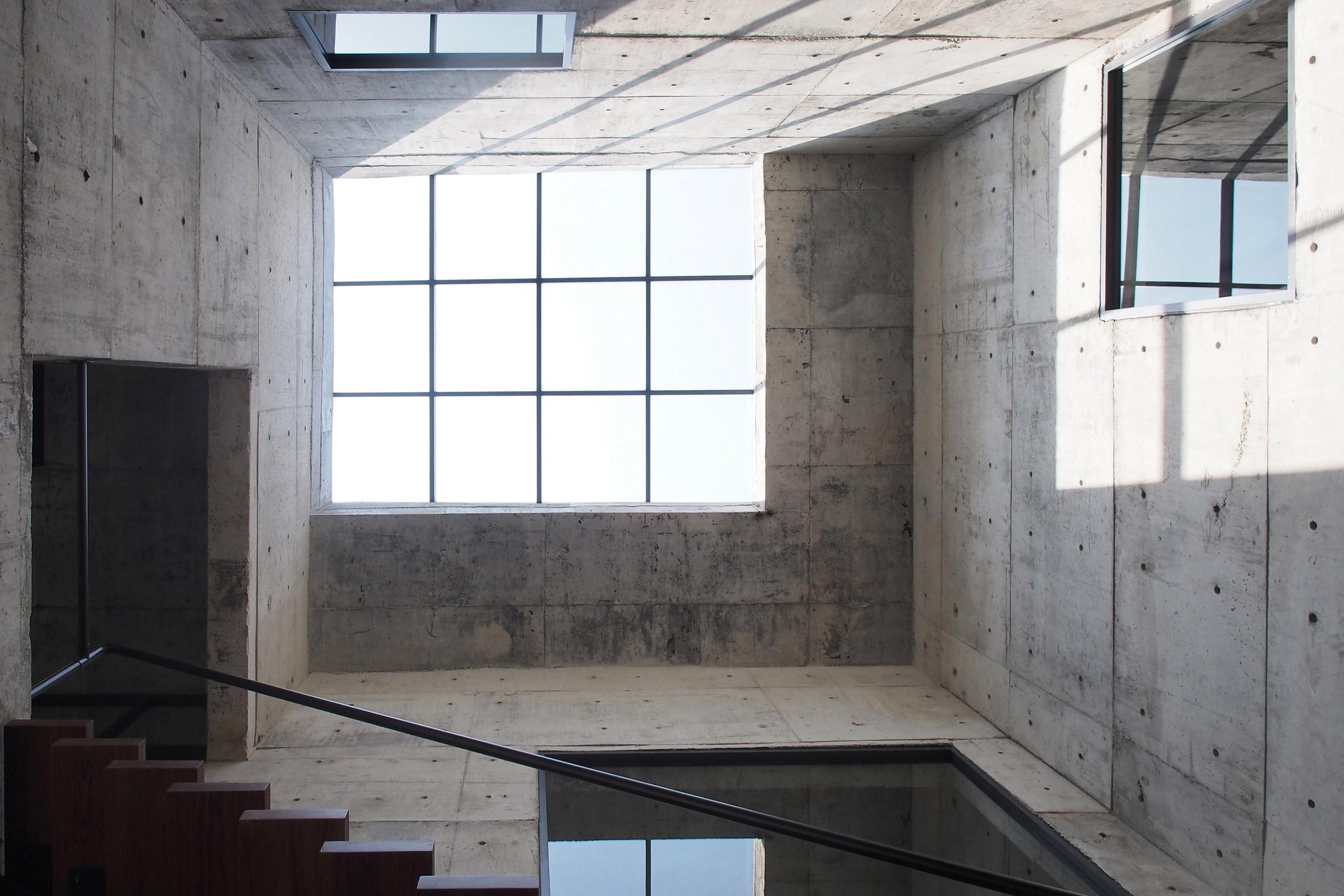 solid-concrete-gallery-as-living-artwork-aswa-architecture-bangkok-thailand_dezeen_2364_col_5.jpg