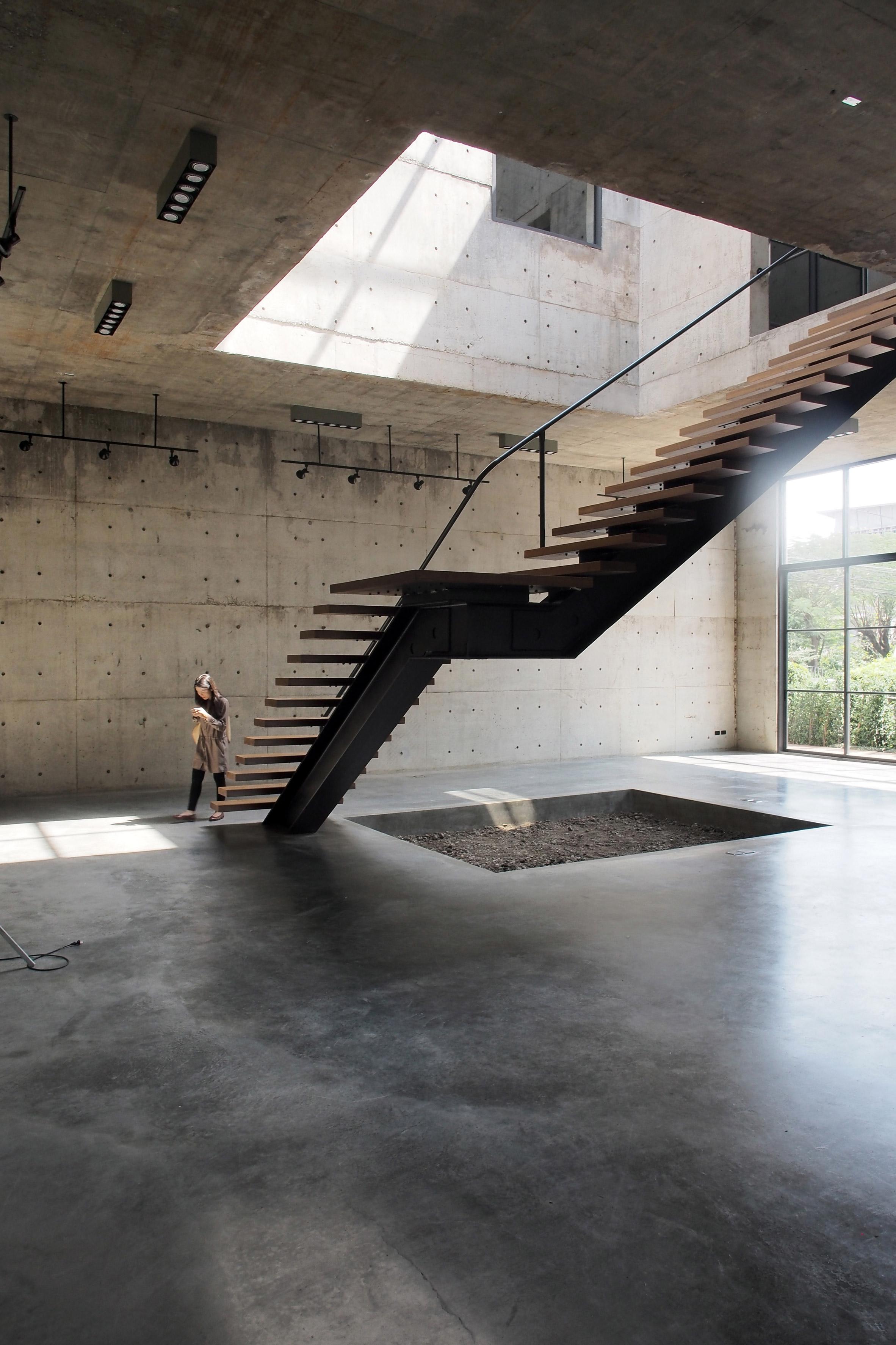 solid-concrete-gallery-as-living-artwork-aswa-architecture-bangkok-thailand_dezeen_2364_col_12.jpg