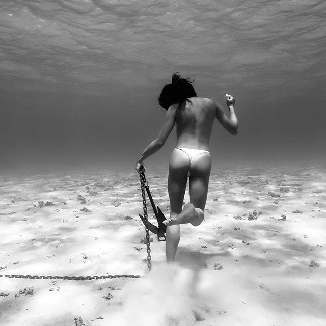 The anchor rustler  #smartshot #mermaid #explore #adventure #underwater #photographer  #apnea #freediver #underwaterphotography #tahiti  #ocean  #lagoon