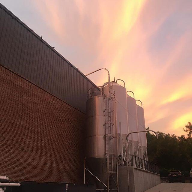 Beautiful Southern Mill sunrise by @drewwwsss 🌅🍺👌🏻 . . . . . #SouthernMill #athens #athensga #athensgeorgia #creaturecomforts #creaturecomfortsbeer #creaturecomfortsbrewery #weloveathens #ath #sunrise #brewery #brewers