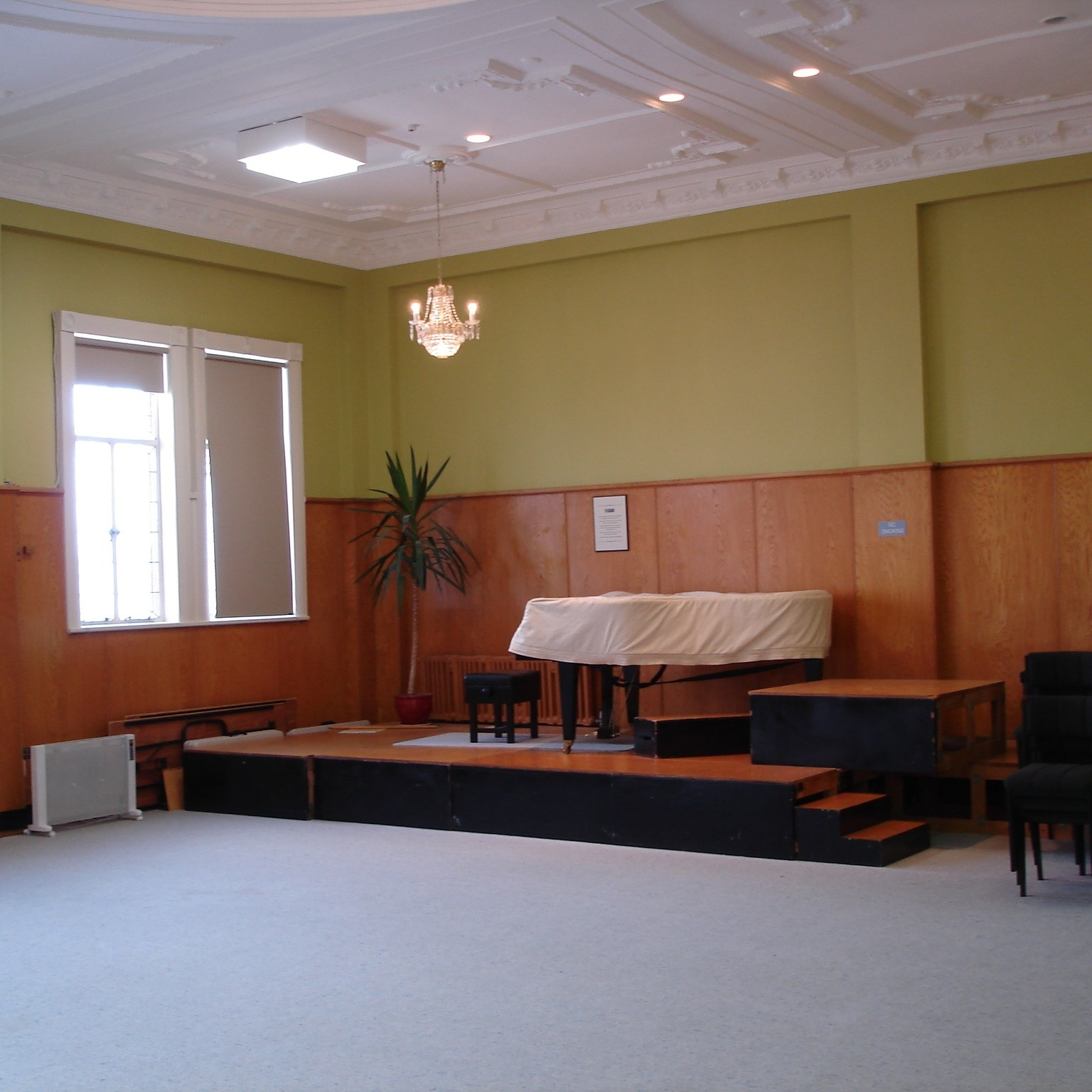 EVELYN RAWLINS ROOM   Suitable for: Arts workshops, performing arts, rehearsals and events Capacity: 200 Hire rate: From $15 per hour. Daily and event rates are available.  More info >
