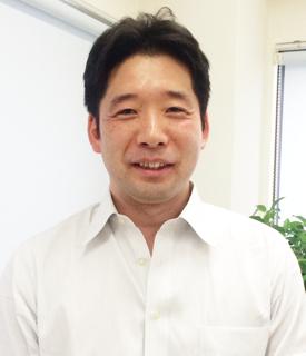 院長 吉本光宏(よしもとみつひろ) ※診察時は白衣を着ています。