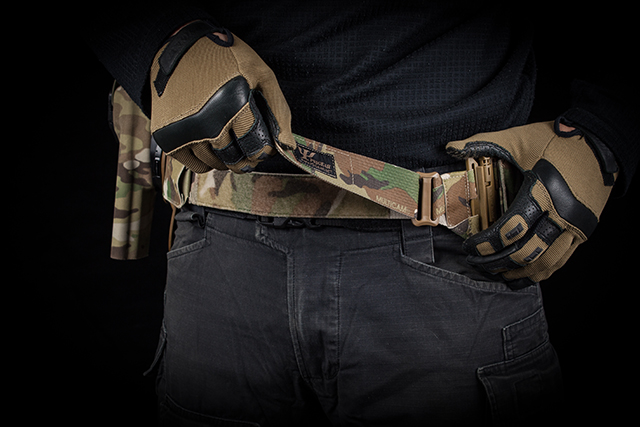 Adjustable buckle on the side does not conflict with pant belt, increasing comfort