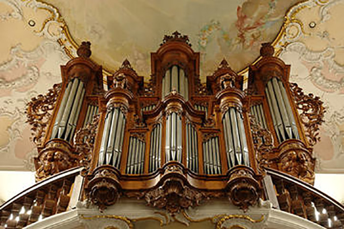 Photo of the organ in Arlesheim Cathedral, thanks to  aeolus-music.com