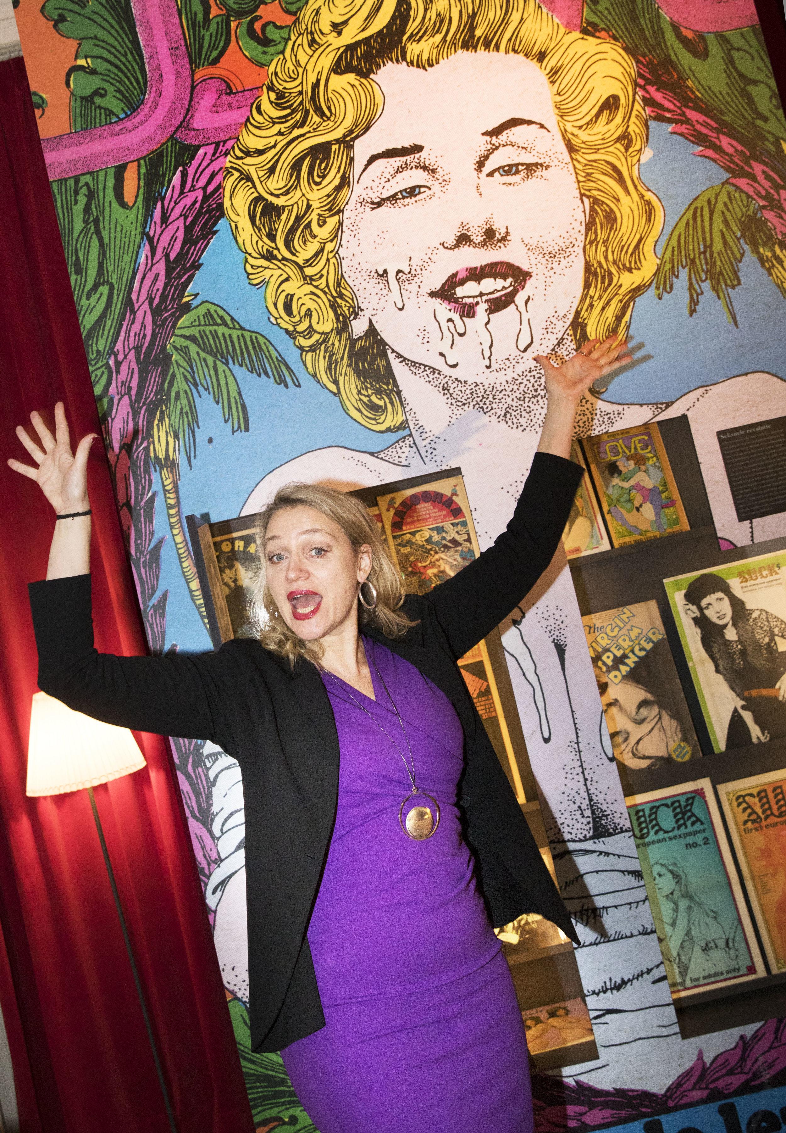 Stella Bergsma in de tentoonstelling 'Porno op papier, taboe en tolerantie door de eeuwen heen' in Huis van het boek | Museum Meermanno