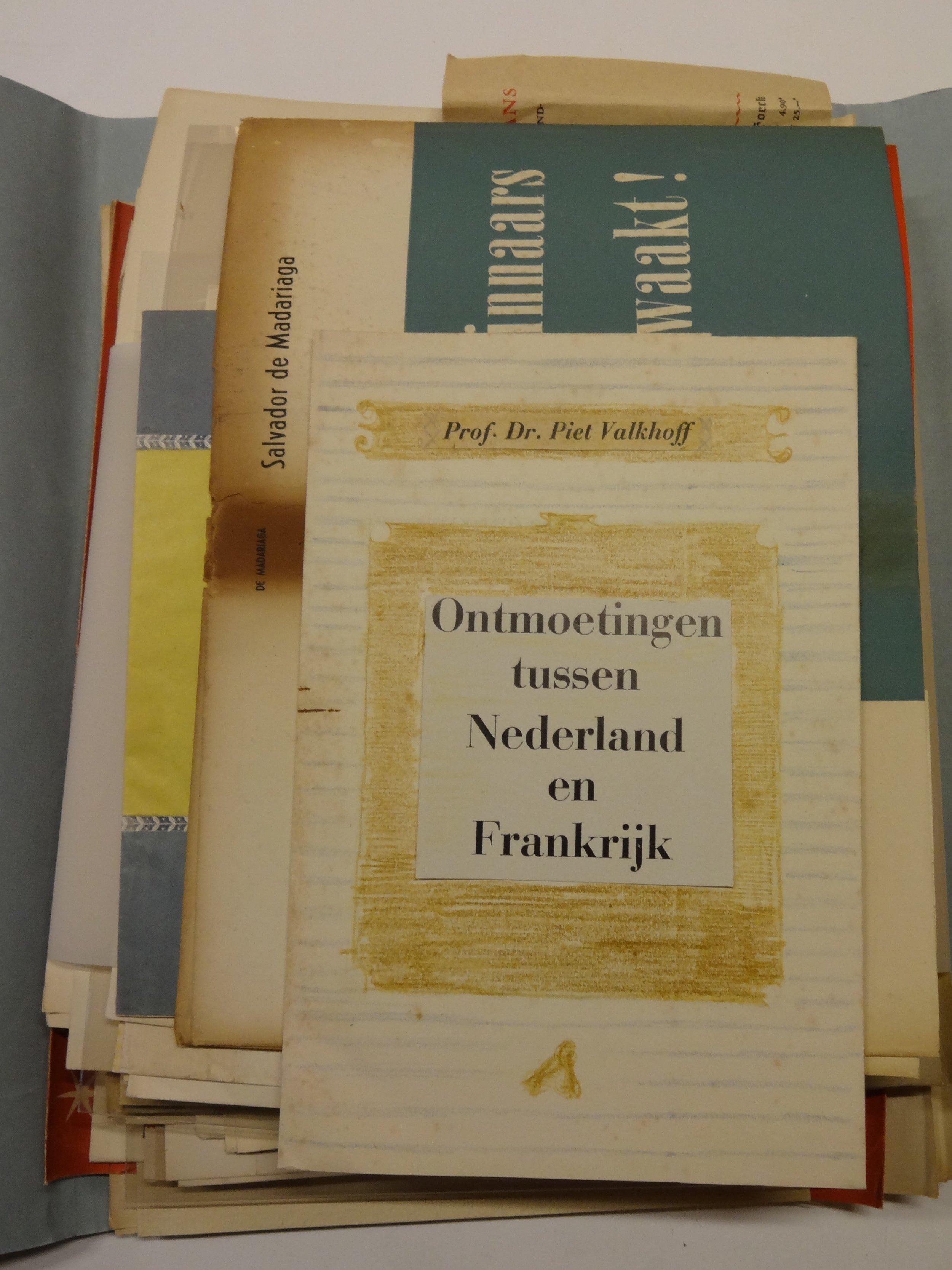 Map met plakproeven en ontwerpschetsen van Henri Friedländer