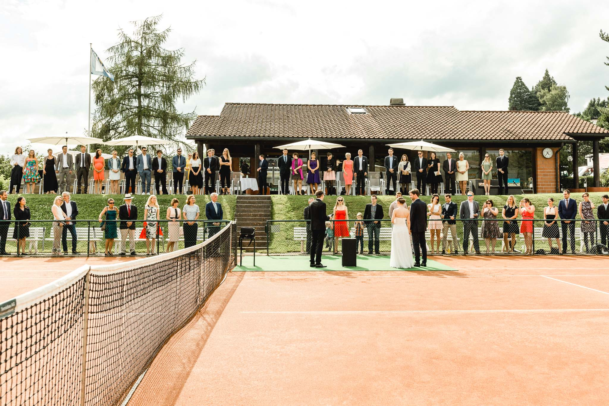 What do you do if you're both huge tennis-fans and you met through the sport? You become the first couple to get married on a tennis-court in the mountains! Easy as that.