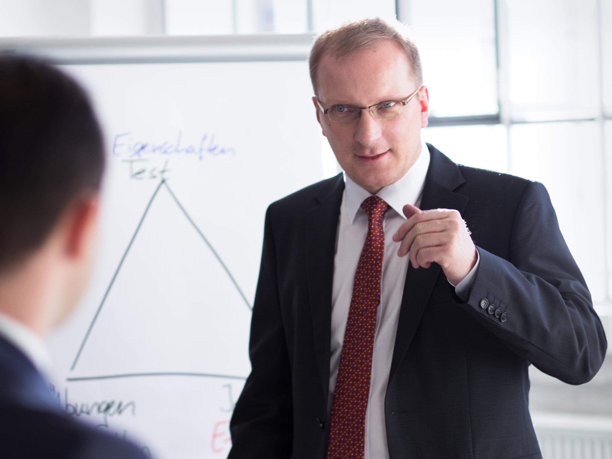 Personalberater Falk Rodigast wertet Personalgespräche mit dem Kunden aus