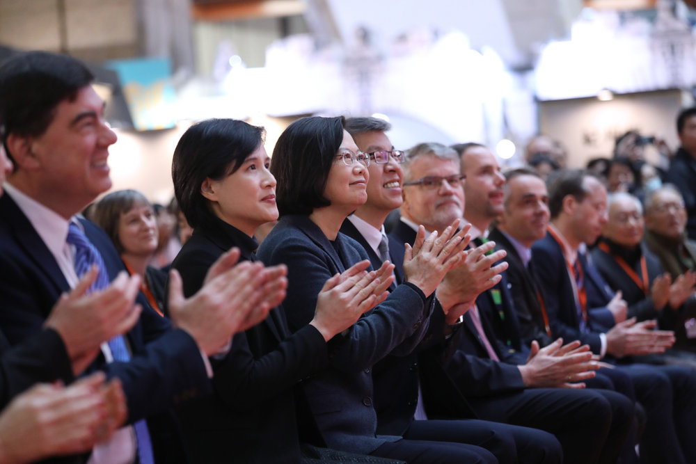 Minister of Culture Cheng Li-Chiun (centre-left) seated next to Taiwan President Tsai Ing-wen (centre-right). Photo courtesy of Office of the President, Republic of China (Taiwan).