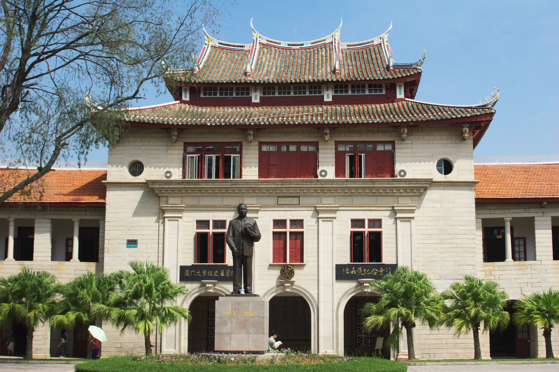 The Tan Kah Kee statue on the Xiamen University campus. Photo by  Jimmy Yao .