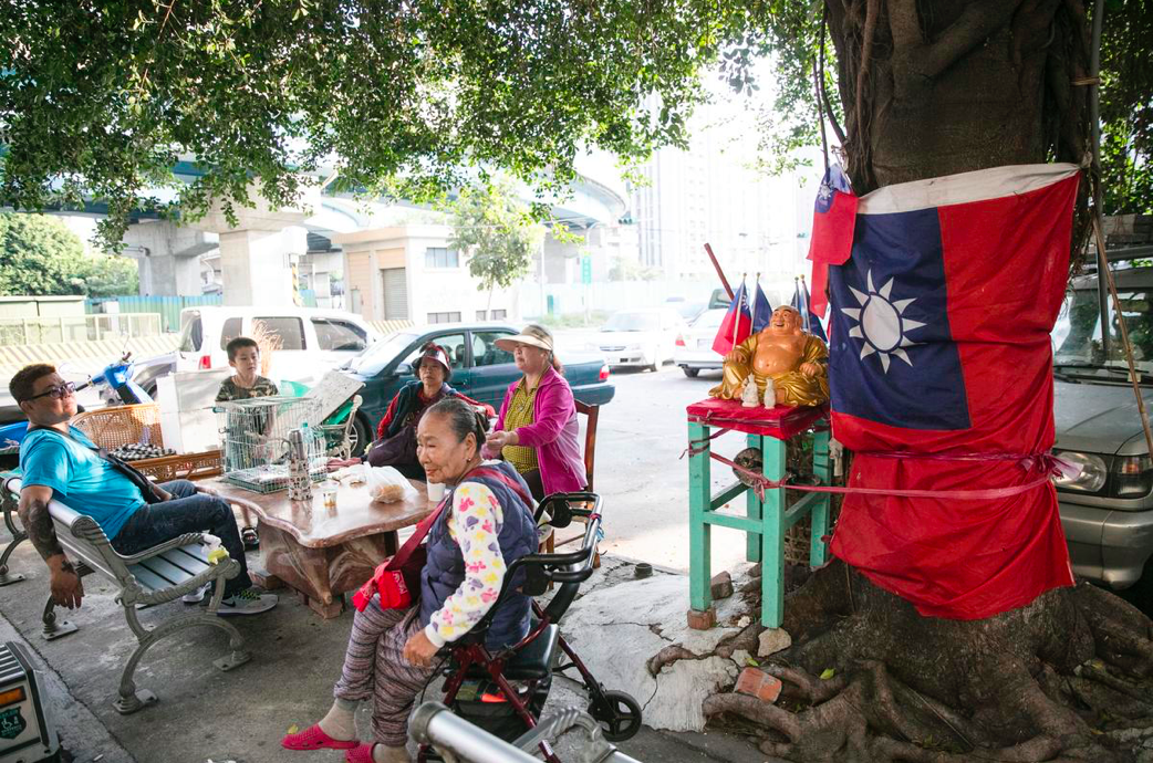 Residents of Guomao Community in Kaohsiung's Zuoying District. Photo by Lin You-en.