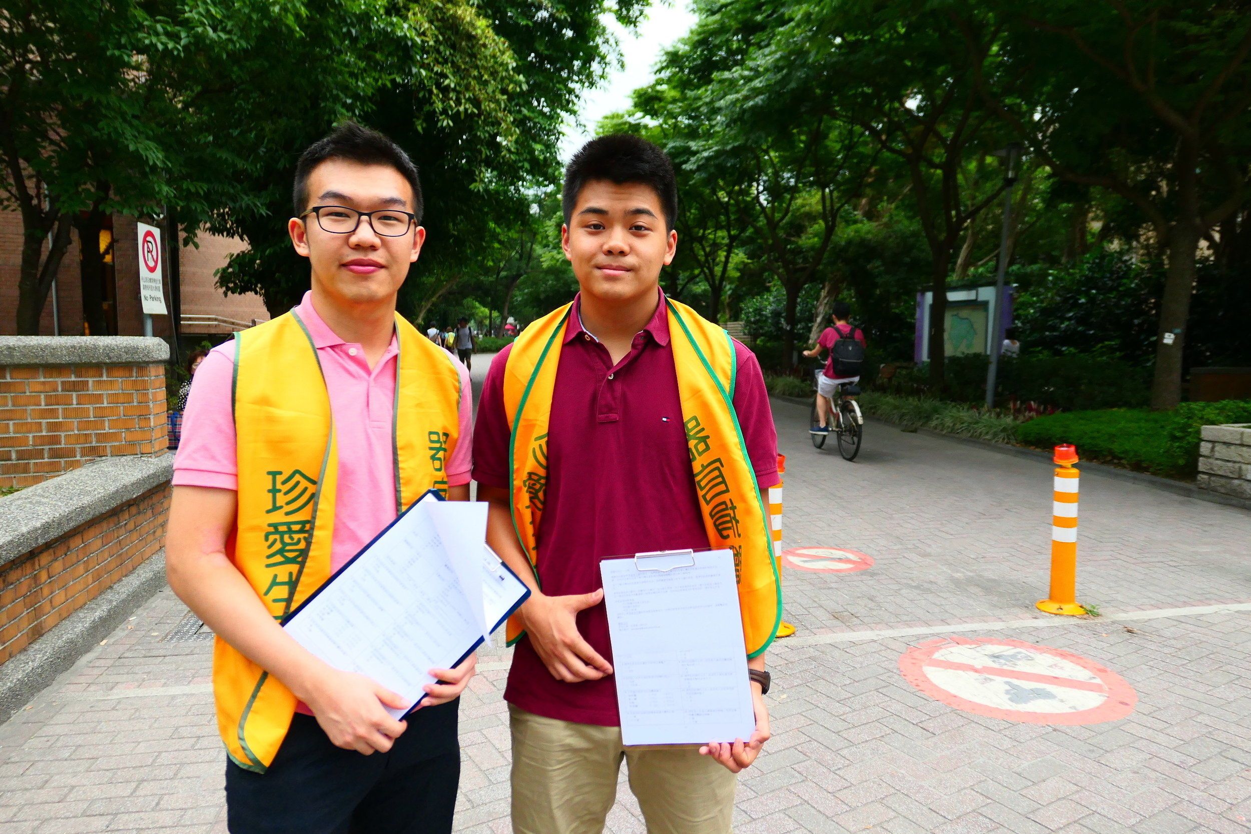 Jonathan Wang (left) and Derrick Lin (right) head to the streets to ask the public about organ donation. Photo courtesy of Jonathan Wang.