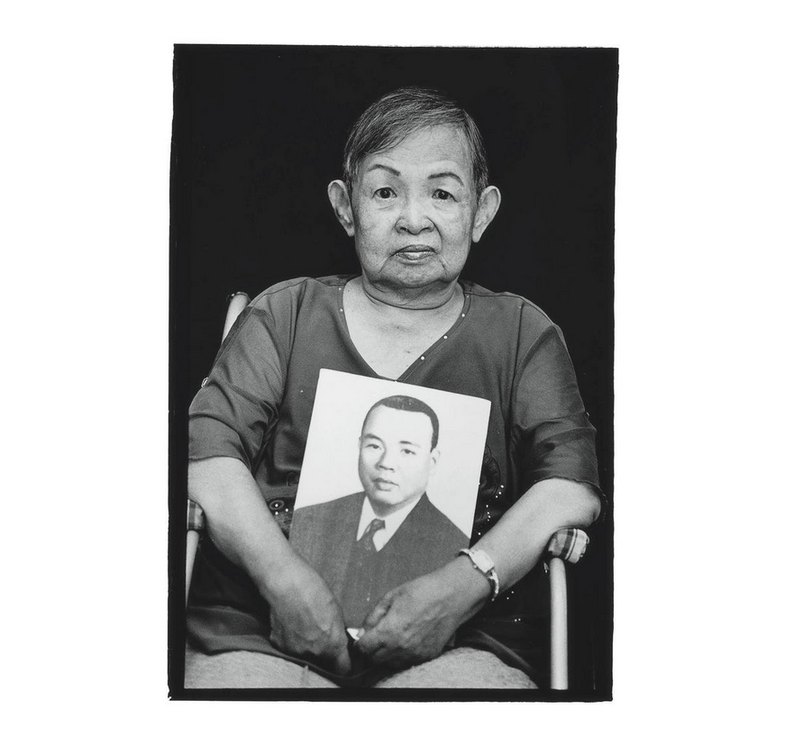 Lin Hsin-yu with a photo of her father Lin Lien-tsung. Photo courtesy of Pan Hsiao-hsia, from the book  Testimonies of 228  (見證228).