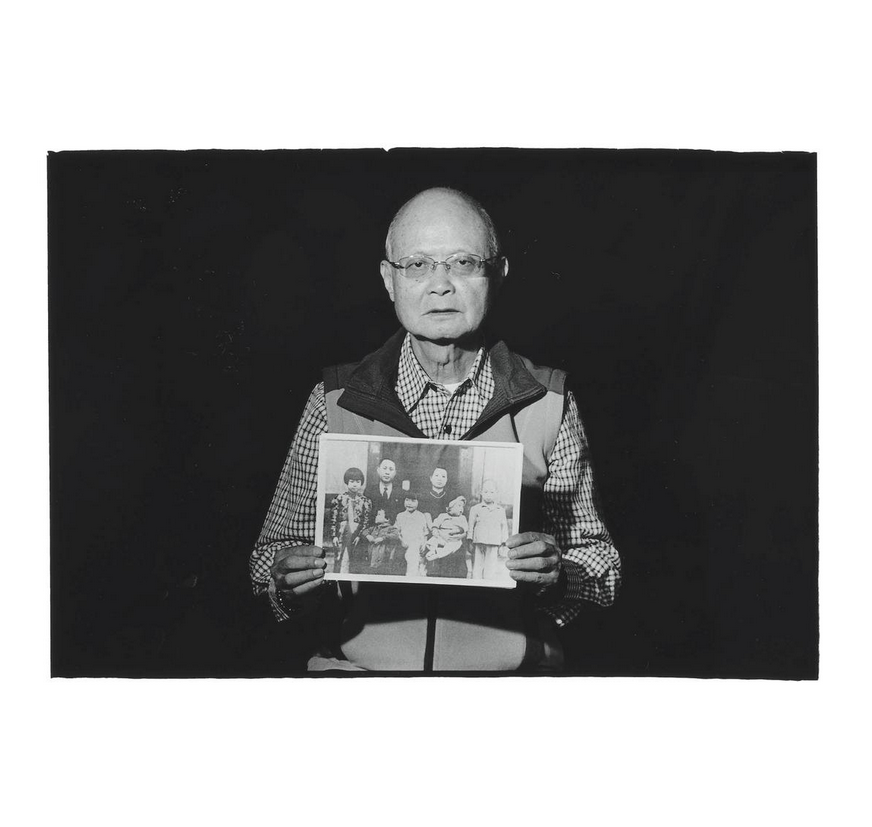Wu Hsiao-hung with family photo of his father Wu Chin-lien and mother Wu Huang Tien-tzu (吳黃天賜). Photo courtesy of Pan Hsiao-hsia, from the book  Testimonies of 228  (見證228).