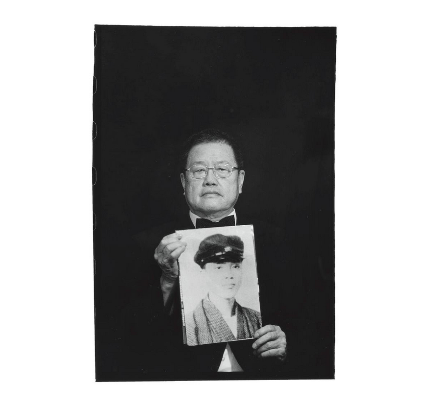 Pan Hsin-hsing with a photo of his father Phuan Bok-tsi. Photo courtesy of Pan Hsiao-hsia, from the book  Testimonies of 228  (見證228).