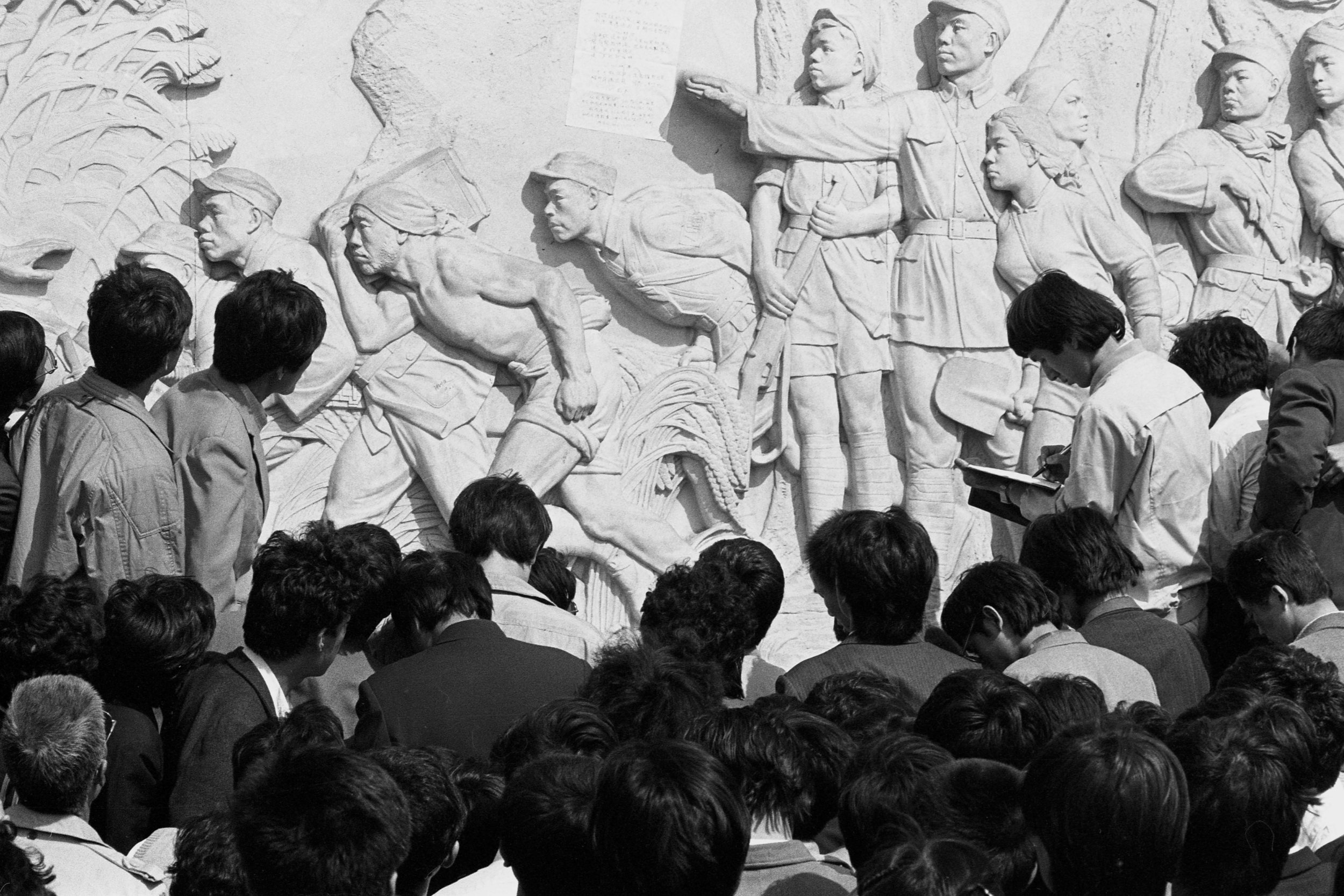 Students gather to look at a document pasted on the Monument to the People's Heroes. Photo taken on April 25, 1989. Photo credit: Hsieh San-tai, Howling 1989.