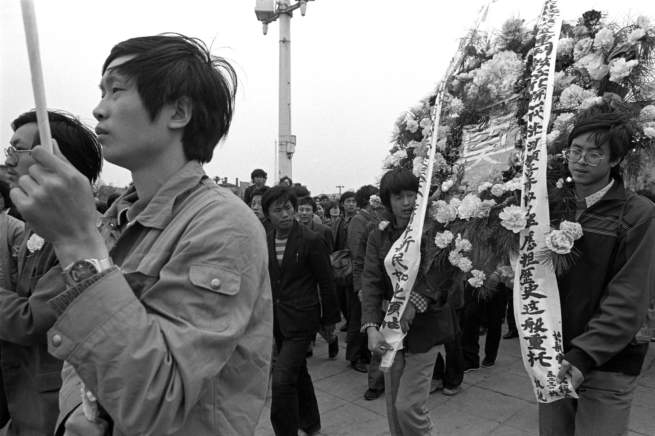 A funeral wreath procession in Tiananmen Square. Photo taken on April 21, 1989. Photo credit: Hsieh San-tai, Howling 1989.