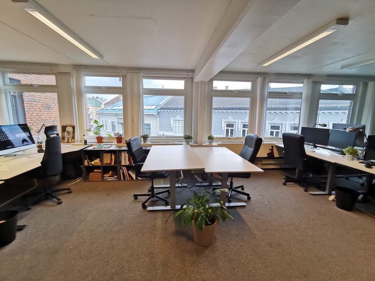 To plasser i midten av lokalet + den til høyre er ledig