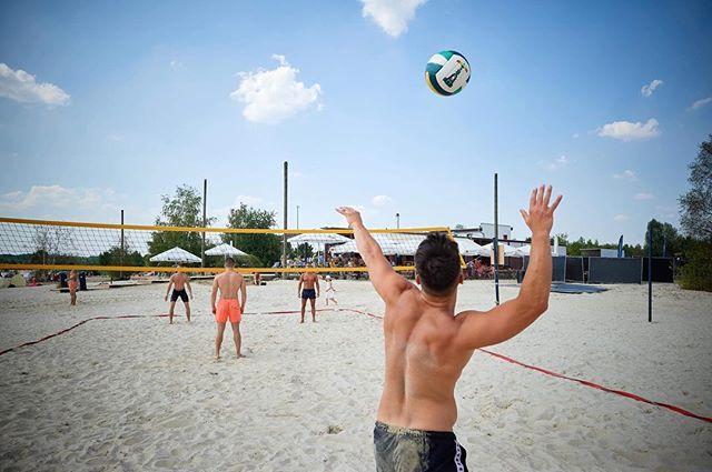 Auf den Volleyballplatz, fertig, los! Wer von euch noch nie bei uns beachen war, sollte das schnellstmöglich nachholen. 🏐💪🏼 #freizeitcampus #nordstrand #cospudenersee #markkleeberg #thisisleipzig #sup #beachvolleyball #leipzigliebe
