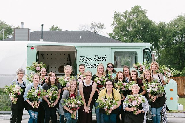 We had the best crew for our very first workshop! I was a bit nervous (okay a lot) but these ladies made it a blast. We toured the farm, cut some stock, talked bloom selection and bouquet making and then I let them loose to make their own. We are definitely thinking about doing another one again soon if we have enough interest!  What do you think should we add another one to the books? Who's in for workshop #2?? 📷: @laurenkonradphoto