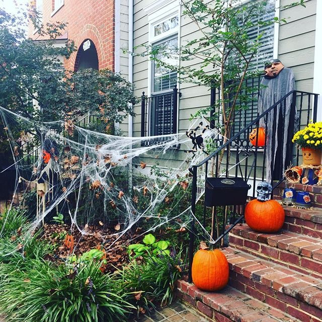 🍂 Autumn & Halloween 🎃 scenes around the neighborhood, The Kentlands. . . . #onlykentlands #alwaysbethriving #thekentlands #kentlands #kentlandsUSA #dcsuburb #dmv #montgomerycounty #Maryland #America #gaithersburgmd #gaithersburg #rockville #dcrealestate