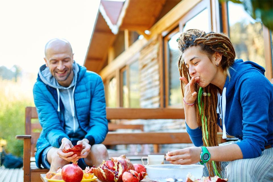 couple-eating-fruit-960x640-960x640.jpg