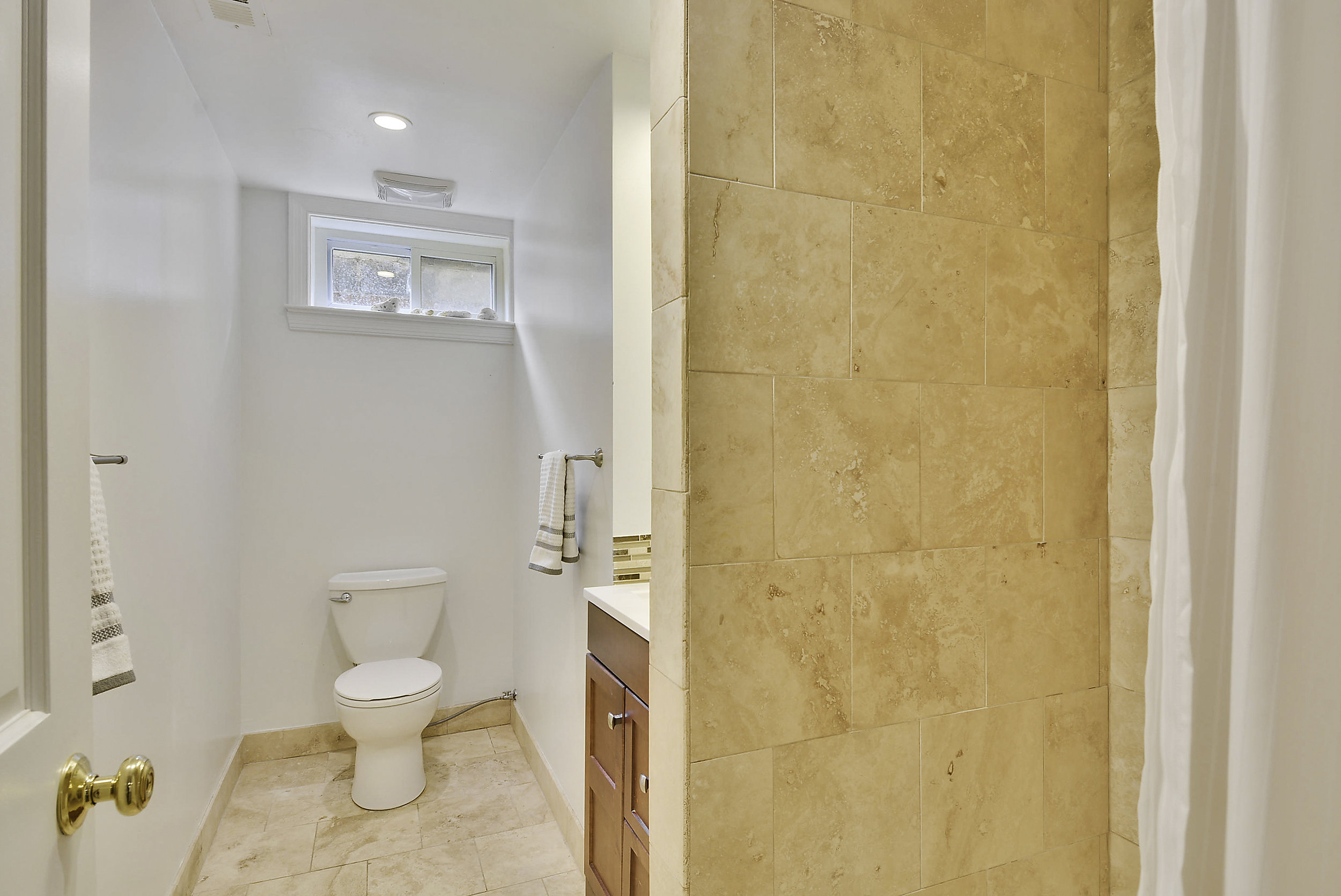 Lower Level-Bath-_DSC5894.JPG