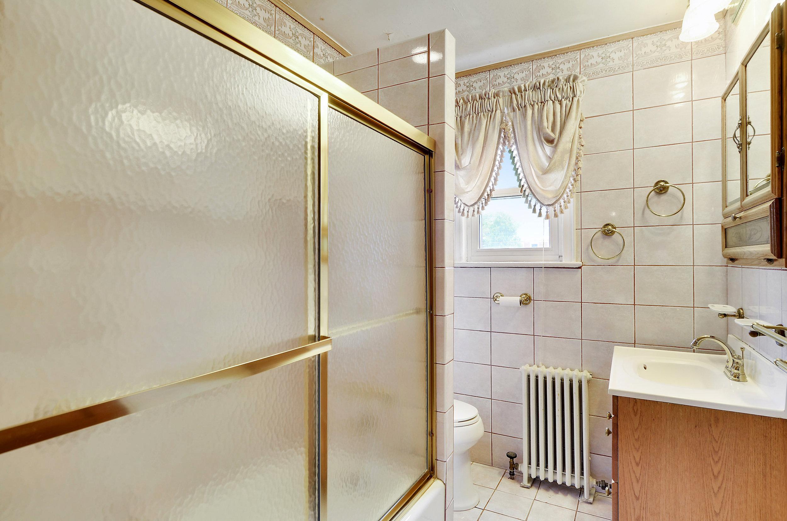 Upper Level-Bath-DSC9783.JPG