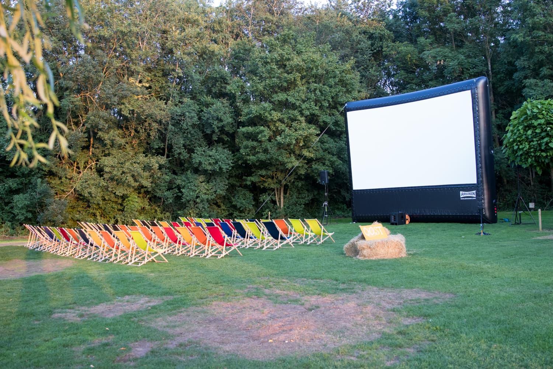 De strandstoelen op veld één staan klaar voor de voorstelling