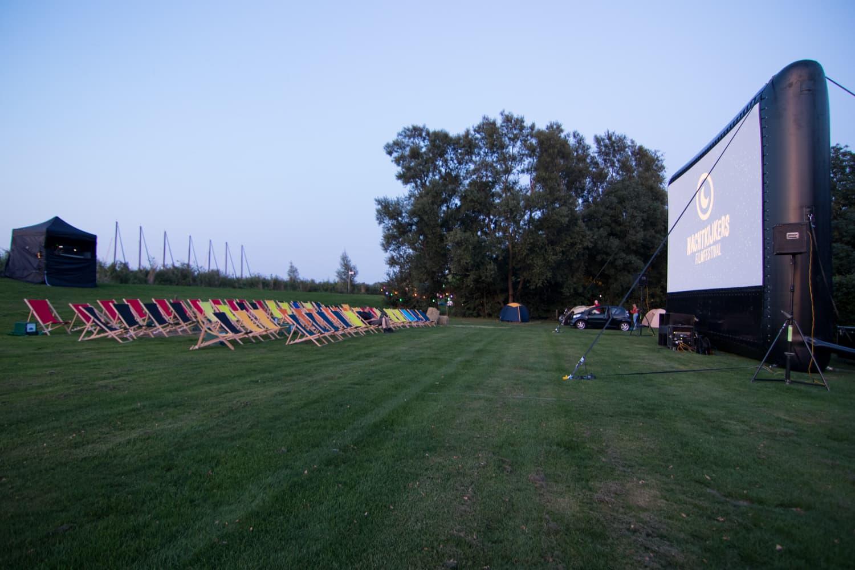 Ook op veld twee staan de strandstoelen klaar voor de nachtkijkers